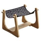 フローリングに調和する木製小型ハンモック