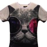 サングラス越しにじっと見つめる猫Tシャツ