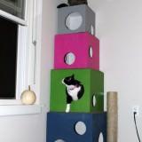 カラフルな箱を積み上げたDIY猫タワー