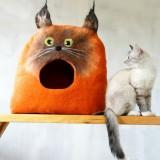 ロシアの絵本に出てくるような猫のキャットハウス