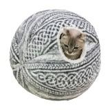 毛糸玉のようなデザインのノスタルジックな猫ハウス