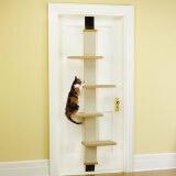 お部屋のドアをキャットツリーに変えられるアイデア猫グッズ