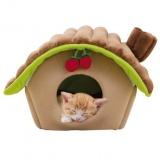 丸太のログハウスのようなキャットハウス