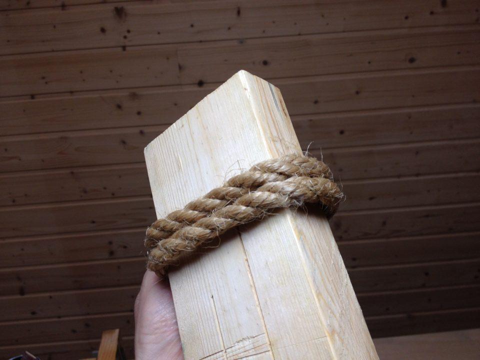 2×4にロープを巻き付ける