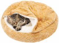 ふわふわの毛布が付いた寝袋型キャットベッド