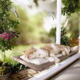 窓に吸盤でつけられる便利なハンモックベッド